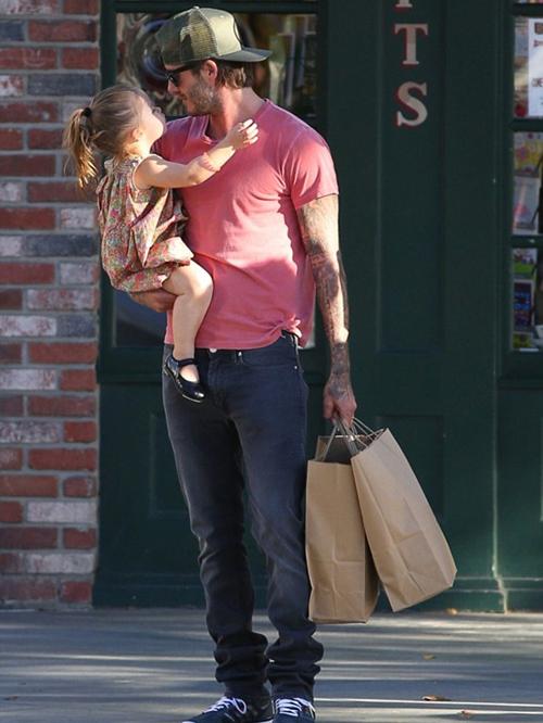 """Sốt ảnh Beckham """"khóa môi"""" con gái cưng giữa phố 5"""