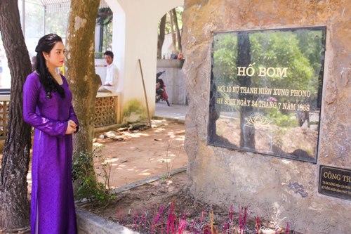 Lý Nhã Kỳ rưng rưng trước mộ các nữ chiến sĩ Ngã ba Đồng Lộc 13