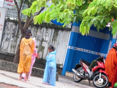Hai thiếu nữ 18 tuổi chăn dắt trẻ em ăn xin 1