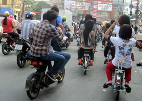 Những pha 'làm xiếc' khó tin của xe đạp điện 4