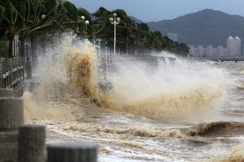 Cận cảnh sức tàn phá của bão Kalmaegi ở miền nam Trung Quốc 1
