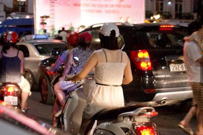 Nóng, con gái Hà Nội mặc xuyên thấu về đêm 7