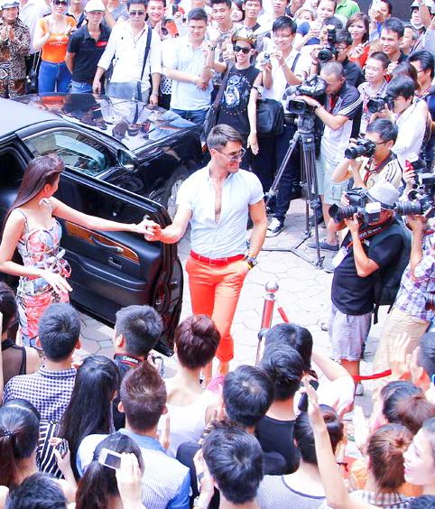 Đỗ Mạnh Cường nổi bần bật khi diện quần váy casting ở Hà Nội 2