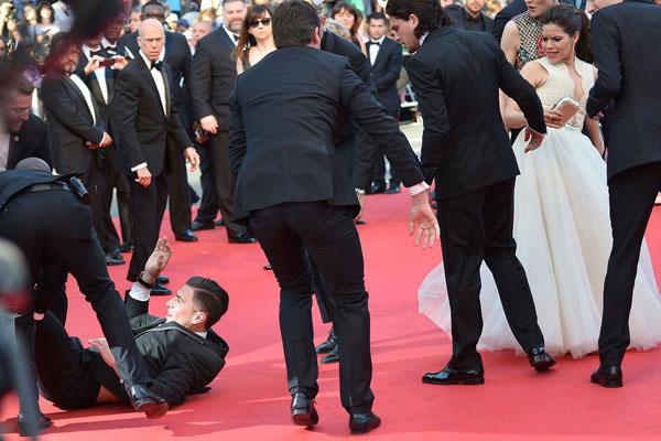 Nhà báo gây sốc khi chui vào váy ngôi sao 'Cô gái xấu xí' 11