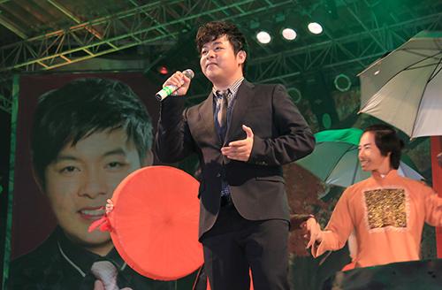 Quang Lê tặng fan nữ một nụ hôn ngọt ngào trên sân khấu 1