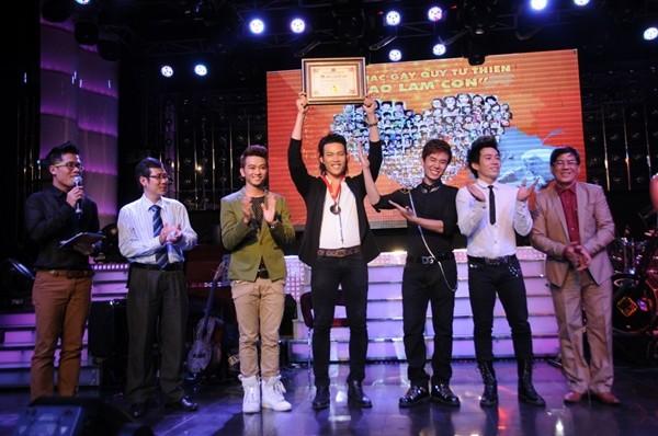 Lâm Chí Khanh bóp nghẹt vòng 1 trong đêm nhạc từ thiện 18