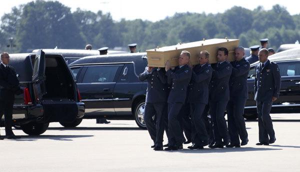 Tình tiết mới nhất: Thi thể nạn nhân MH17 được đưa tới căn cứ quân sự 5