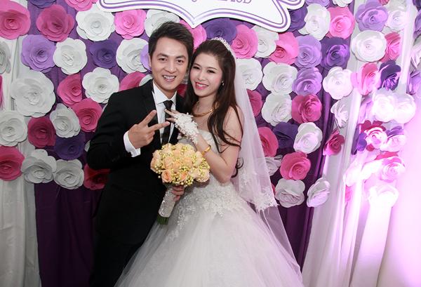 Vợ Đăng Khôi bất ngờ hôn má chồng trong đám cưới 21