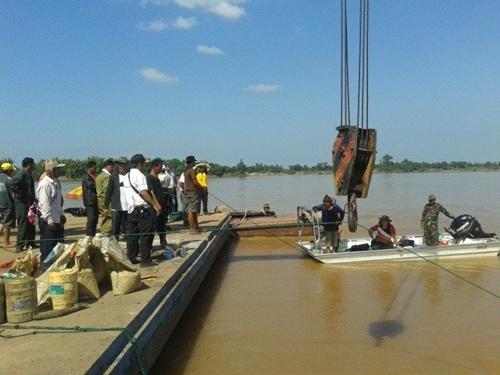 Lào đã trục vớt được thân máy bay từ sông Mekong 1