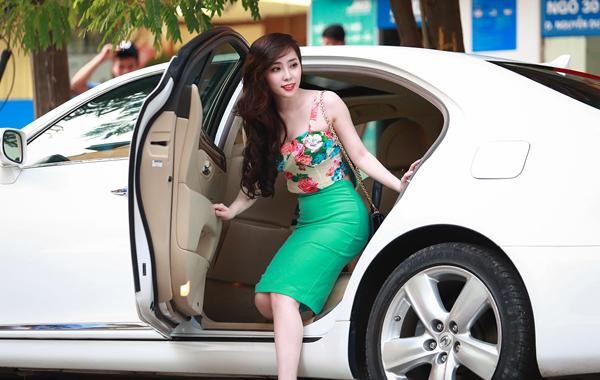 Quỳnh Nga khoe dáng chuẩn bên ô tô 4 tỷ mới mua 7