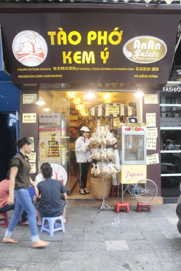 Giới trẻ hào hứng xếp hàng mua bắp rang bơ 4