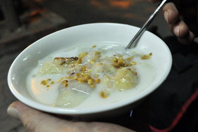 Bánh căn, chè chuối nướng ngon lạ ở vỉa hè Nguyễn Như Đổ 12