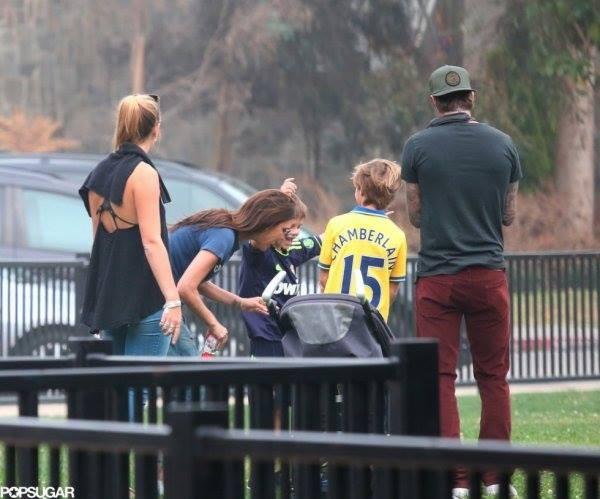 """Công chúa nhà Beckham diện """"quần đùi, áo phông"""" đá bóng như bố 9"""