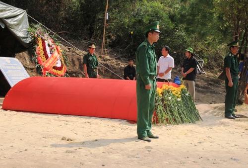 Dân Quảng Bình về thắp hương trên mộ tướng Giáp 2