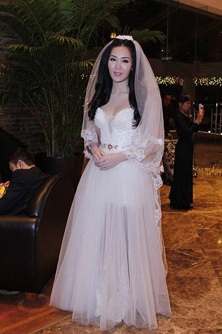 Cô dâu Thuỳ Trang lấp ló ngực đầy 7