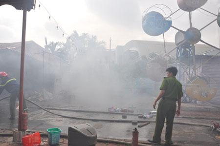 Cháy lớn ở khu vui chơi thiếu nhi Mỹ Đình 1