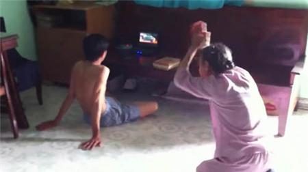 Đau lòng xem clip mẹ già vái lạy con trai 1