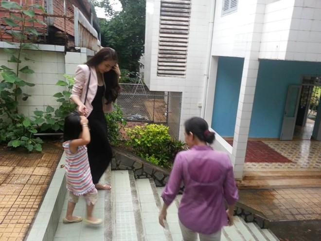Thủy Tiên cùng fan tới thăm em bé bị bố bạo hành 8