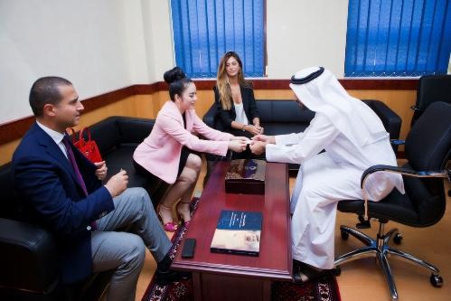 Lý Nhã Kỳ thanh lịch khi làm việc với nhiều trường đại học ở Dubai 8