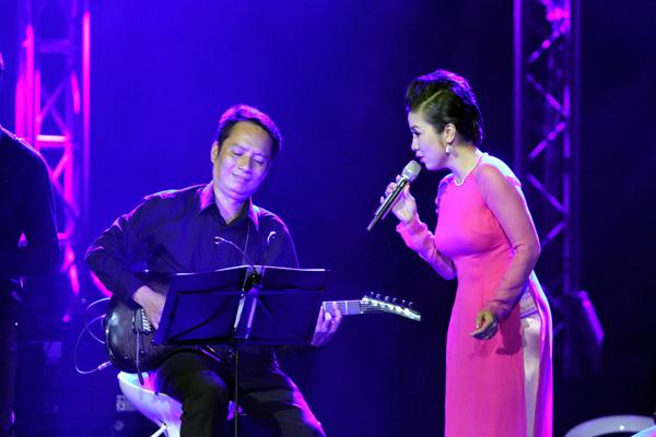 Hồng Nhung mặc váy đụp, hát như nhập đồng 9
