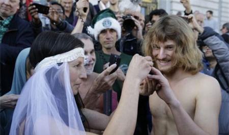 """Bị bắt sau khi """"trần truồng"""" làm đám cưới 1"""