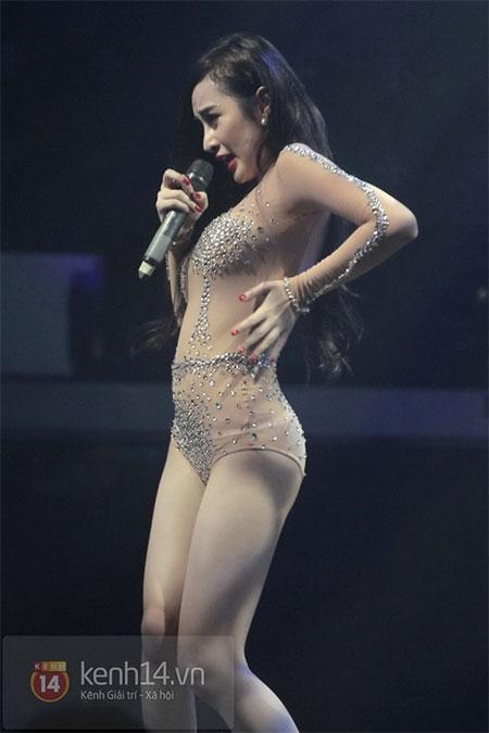 Angela Phương Trinh diện đồ như Can Lộ Lộ lên sân khấu 9