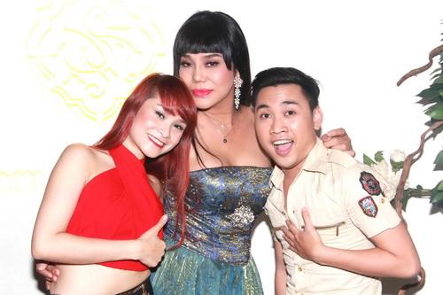 Hoảng hồn cảnh Cindy Thái Tài áp má Don Nguyễn vào bộ ngực đồ sộ 8