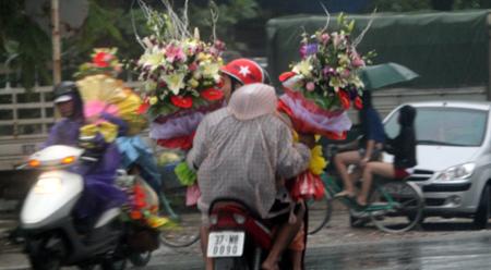 Đội mưa, vượt lũ, mua hoa cho người thương 5