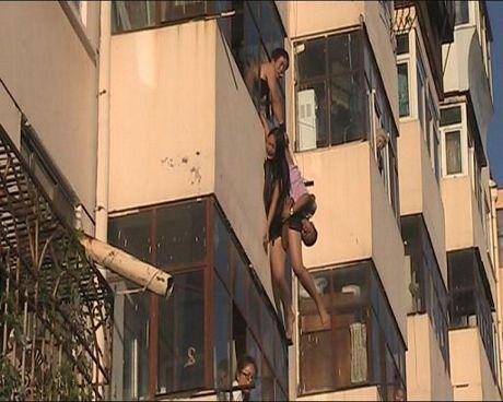 Nghẹt thở chứng kiến cảnh giải cứu cô gái đòi nhảy lầu tự tử 6