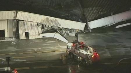 Kinh hoàng phi cơ đâm sập nhà chứa máy bay, không ai sống sót 1