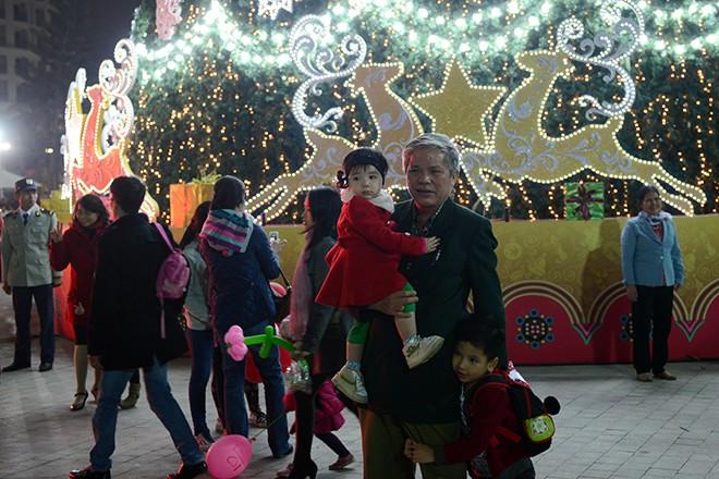 Cây thông Noel cao nhất Việt Nam ở Hà Nội 7