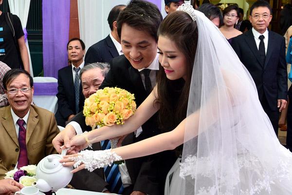 Vợ Đăng Khôi bất ngờ hôn má chồng trong đám cưới 18