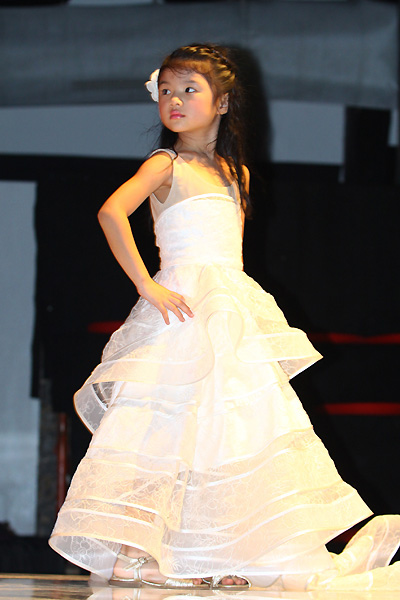 Con gái Trương Ngọc Ánh tự tin lần đầu lên sàn diễn thời trang 6