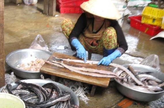 Kinh hãi chế biến chả cá bằng hóa chất, kháng sinh độc hại 1