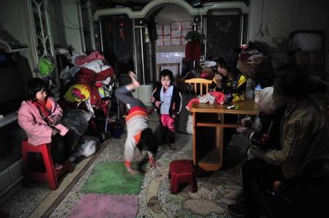 Cuộc sống của người đàn bà nhặt rác với hơn 30 đứa trẻ 1
