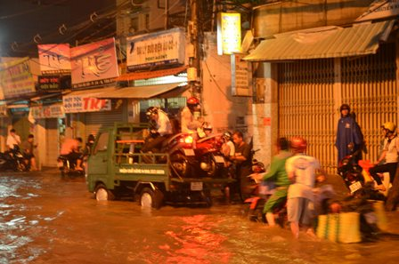 TPHCM bị ngập khủng khiếp sau trận mưa và triều cường 19