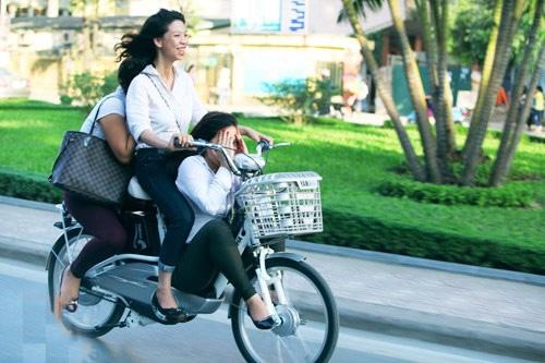 Những pha 'làm xiếc' khó tin của xe đạp điện 2