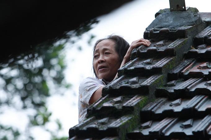 Nước lũ chạm mái nhà, dân Hà Tĩnh đói rét 2