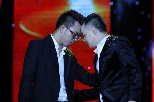 Cao Thái Sơn khiến khán giả 'nổi da gà' khi chụm đầu ôm eo 'bạn trai' trên sân khấu 7