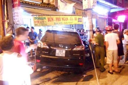 Lexus lao vào quán phở, chủ quán bị bỏng nặng 1