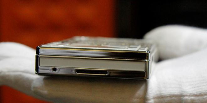 Cận cảnh điện thoại dát kim cương giá hơn 3 tỷ đồng tại Hà Nội 5