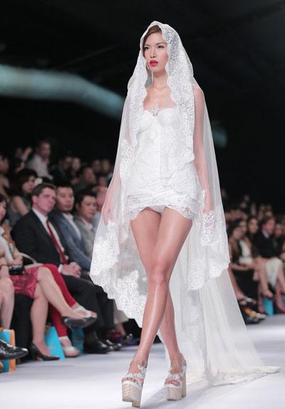 Người mẫu Minh Tú diện váy cưới lộ phần nhạy cảm 2