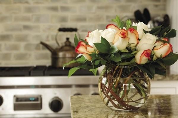 6 cách cắm hoa đẹp trong bình cá tròn 1