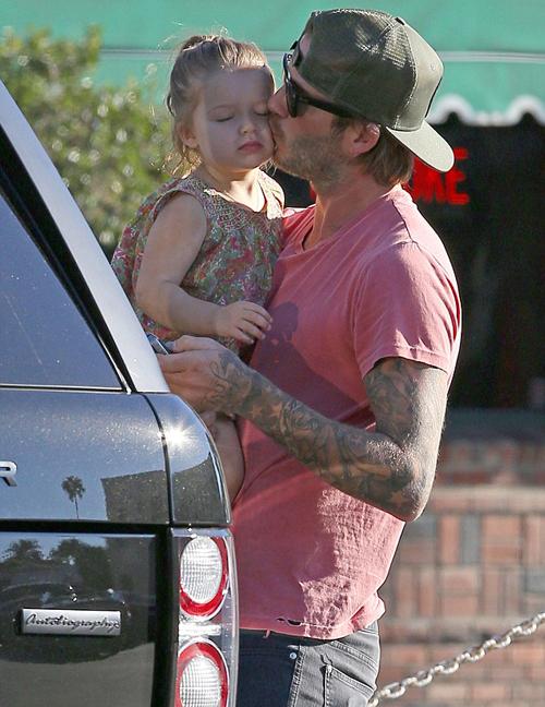 """Sốt ảnh Beckham """"khóa môi"""" con gái cưng giữa phố 2"""
