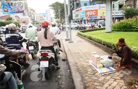 Sự thật nhức nhối phía sau những ông bà cụ bán tăm bông ở Sài Gòn 4