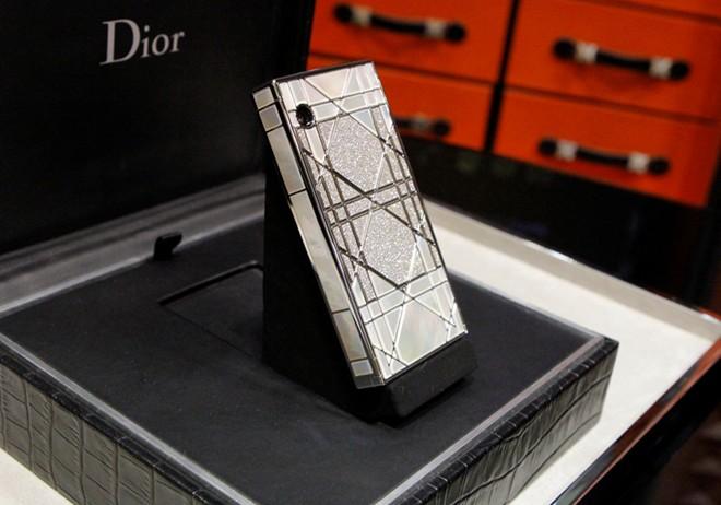 Cận cảnh điện thoại dát kim cương giá hơn 3 tỷ đồng tại Hà Nội 1