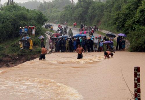 350 người tìm kiếm 5 nạn nhân bị lũ cuốn trong biển nước 1