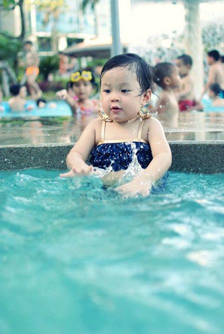 MC Diệp Chi khoe con gái đáng yêu với bikini 6