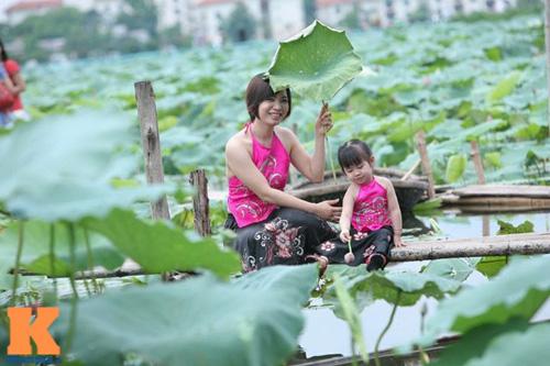 Hà Nội: Lên bà ngoại vẫn mặc yếm chụp ảnh sen 2
