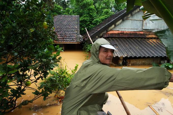 Nước lũ chạm mái nhà, dân Hà Tĩnh đói rét 8